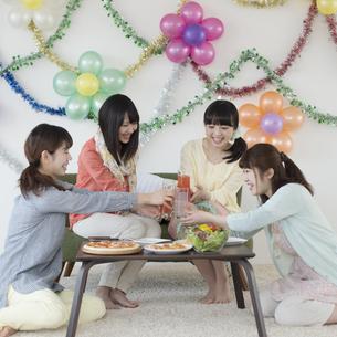 乾杯をする4人の女性の写真素材 [FYI04556030]