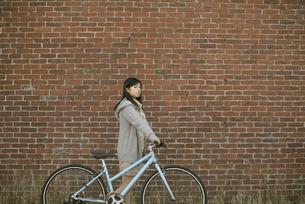 自転車を押す女性の写真素材 [FYI04556080]