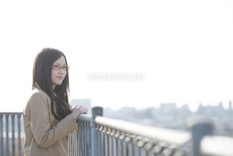 景色を眺める女性の写真素材 [FYI04556106]