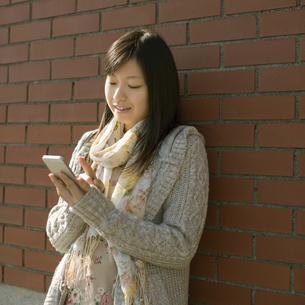 スマートフォンを操作する女性の写真素材 [FYI04556129]