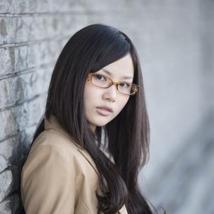 若い女性のポートレートの写真素材 [FYI04556189]
