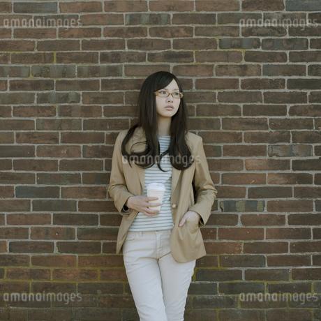 若い女性のポートレートの写真素材 [FYI04556214]