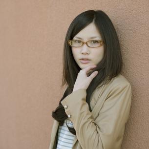 若い女性のポートレートの写真素材 [FYI04556236]