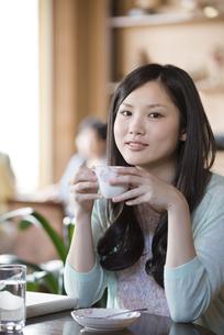 カフェでコーヒーを飲む女性の写真素材 [FYI04556244]