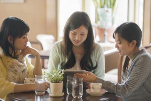 タブレットを見る3人の女性の写真素材 [FYI04556259]
