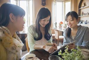 タブレットを見る3人の女性の写真素材 [FYI04556261]