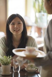カフェで微笑む女性の写真素材 [FYI04556267]