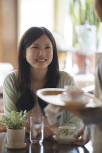 カフェで微笑む女性の写真素材 [FYI04556268]