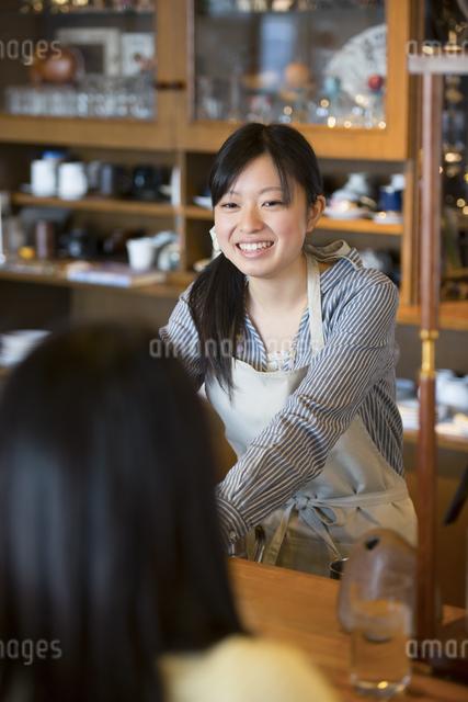 微笑むカフェの店員の写真素材 [FYI04556274]