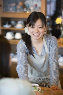 微笑むカフェの店員の写真素材 [FYI04556275]