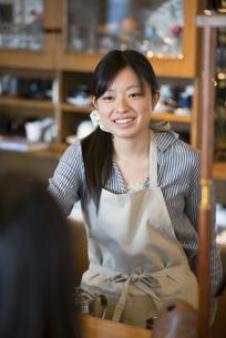 微笑むカフェの店員の写真素材 [FYI04556276]