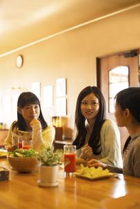 カフェで談笑をする女性の写真素材 [FYI04556280]