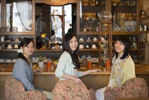 カフェで微笑む女性の写真素材 [FYI04556286]