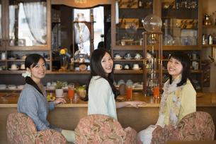 カフェで微笑む女性の写真素材 [FYI04556290]