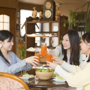 野菜ジュースで乾杯をする女性の写真素材 [FYI04556291]