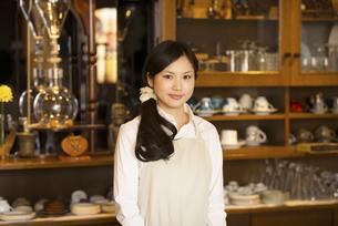 微笑むカフェの店員の写真素材 [FYI04556296]