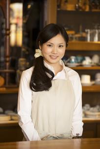 微笑むカフェの店員の写真素材 [FYI04556297]