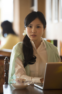 パソコン操作をする女性の写真素材 [FYI04556322]