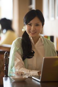パソコン操作をする女性の写真素材 [FYI04556323]