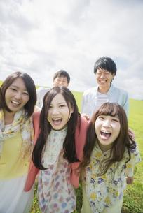 草原で微笑む大学生の写真素材 [FYI04556387]
