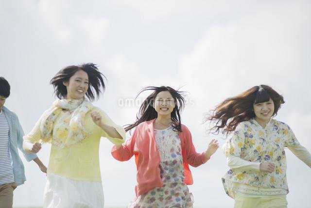 草原を走る大学生の写真素材 [FYI04556402]