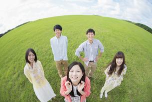草原で微笑む大学生の写真素材 [FYI04556419]