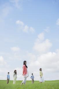 草原に佇む大学生の写真素材 [FYI04556432]