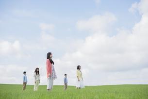 草原に佇む大学生の写真素材 [FYI04556433]