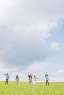 草原でリラックスをする大学生の写真素材 [FYI04556437]