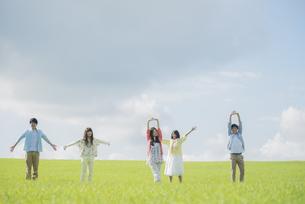 草原でリラックスをする大学生の写真素材 [FYI04556441]