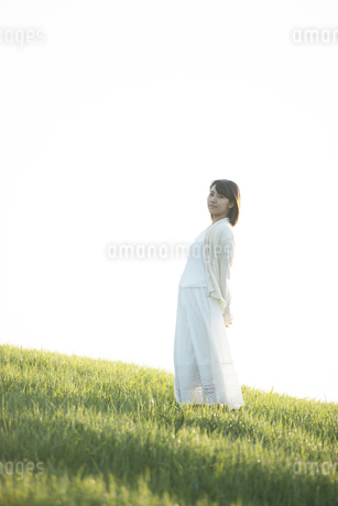 草原で微笑む女性の写真素材 [FYI04556473]