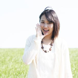 口元に手をあて微笑む女性の写真素材 [FYI04556626]
