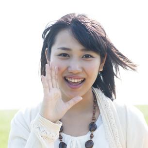 口元に手をあて微笑む女性の写真素材 [FYI04556633]