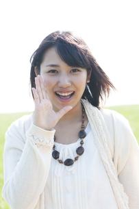 口元に手をあて微笑む女性の写真素材 [FYI04556635]