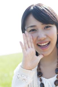 口元に手をあて微笑む女性の写真素材 [FYI04556637]
