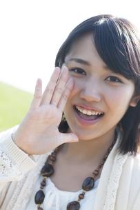 口元に手をあて微笑む女性の写真素材 [FYI04556638]