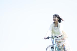 自転車に乗る女性の写真素材 [FYI04556647]