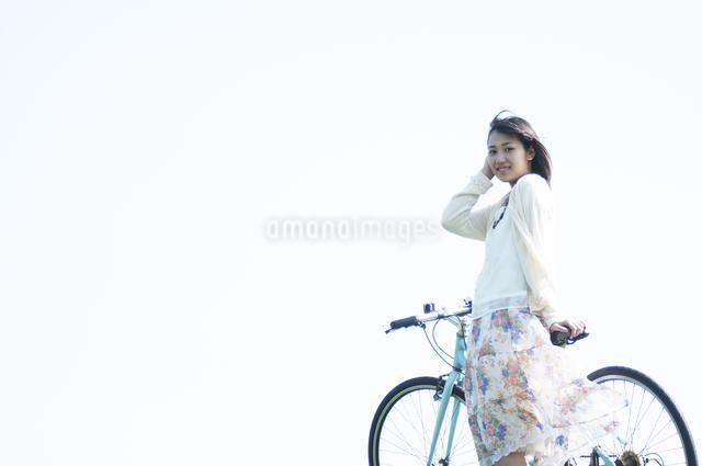 自転車の前で微笑む女性の写真素材 [FYI04556654]
