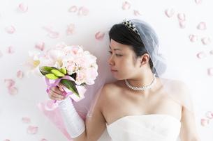 ブーケを見つめる花嫁の写真素材 [FYI04556683]
