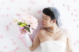 ブーケを持ち目を閉じる花嫁の写真素材 [FYI04556684]