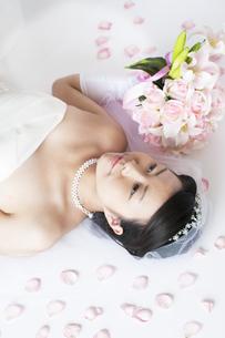 ブーケを持ち微笑む花嫁の写真素材 [FYI04556685]