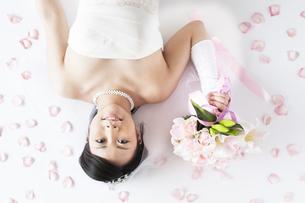ブーケを持ち微笑む花嫁の写真素材 [FYI04556689]