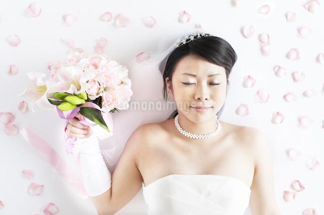 ブーケを持ち目を閉じる花嫁の写真素材 [FYI04556690]