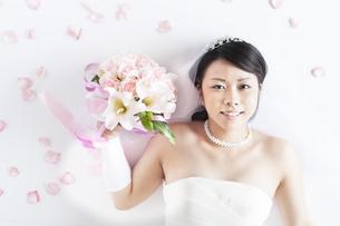 ブーケを持ち微笑む花嫁の写真素材 [FYI04556692]