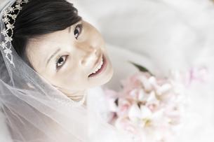 ブーケを持ち微笑む花嫁の写真素材 [FYI04556695]