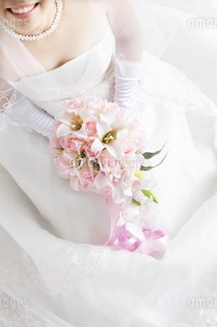 ブーケを持つ花嫁の手元の写真素材 [FYI04556697]