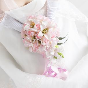 ブーケを持つ花嫁の手元の写真素材 [FYI04556699]