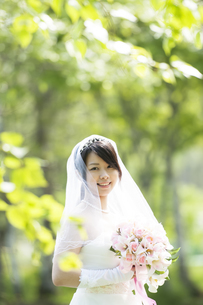 ブーケを持ち微笑む花嫁の写真素材 [FYI04556708]