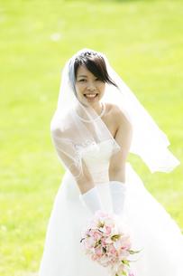 ブーケを持ち微笑む花嫁の写真素材 [FYI04556714]