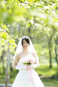 ブーケを持ち微笑む花嫁の写真素材 [FYI04556716]